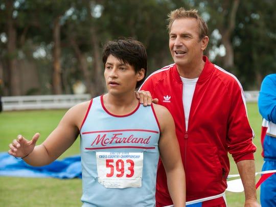 """Carlos Pratts y Kevin Costner en una escena del film """"McFarland, USA""""."""