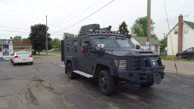 Police serve a no-knock search warrant Thursday morning at 984 E. Main St. with the help of the task force.