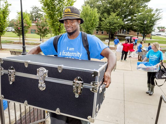 636072277549023137-Helping-students-move-in.jpg
