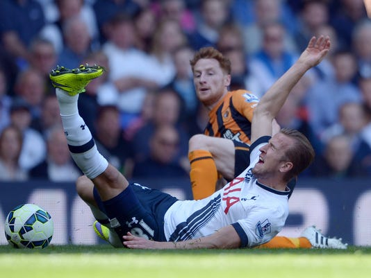 Hull City's Stephen Quinn, behind, brings down Tottenham Hotspur's Harry Kane during their English Premier League soccer match at White Hart Lane, London, Saturday, May 16, 2015. (Anthony Devlin/PA via AP)       UNITED KINGDOM OUT       -     NO SALES      -      NO ARCHIVES