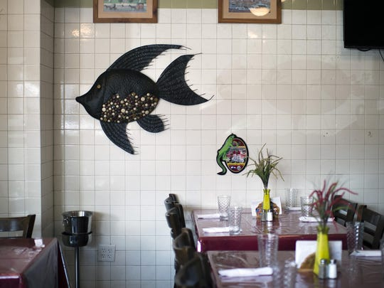Fish enliven the Los Caballos Locos' dining area.