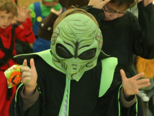 635503665099020008-LC1031-Cub-Scout-Halloween-alien