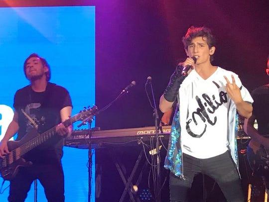 En su debut como cantante, Emilio está demostrando