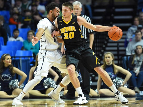 Iowa Hawkeyes forward Jarrod Uthoff (20) moves to the