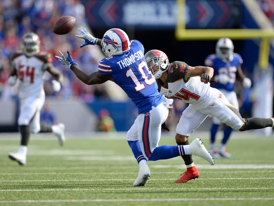 Buffalo Bills Deonte Thompson (10) catches a pass in