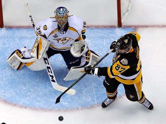 Pittsburgh Penguins' Sidney Crosby (87) tries to unsuccessfully