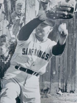 Billy Pierce throws for the San Francisco Giants.