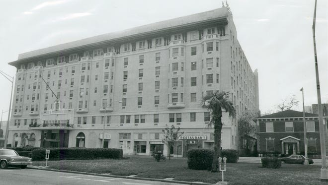 Old building of San Carlos Hotel on Palafox Street, in 1985.