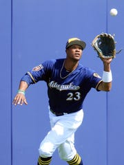 Brewers centerfielder Keon Broxton gets ready to glove