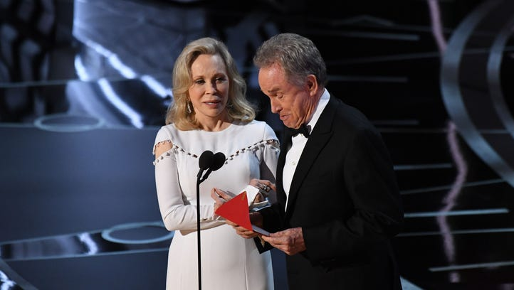 Faye Dunaway and Warren Beatty present the award for