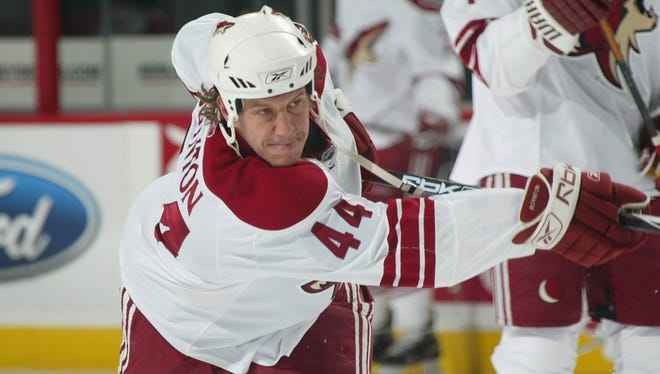 Nick Boynton  warms up with the Phoenix Coyotes before a game  in 2007.