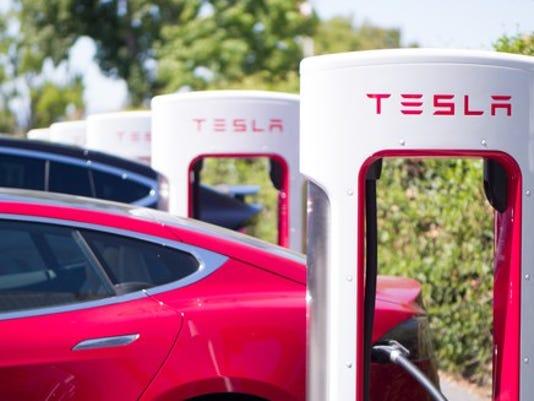 tesla-supercharter-charging_large.jpg