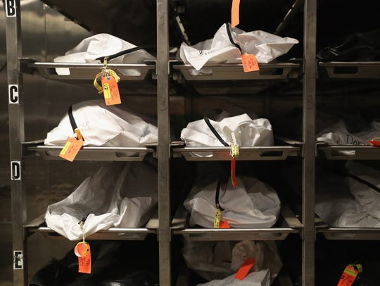 La morgue del Condado Pima muestra varios cadáveres