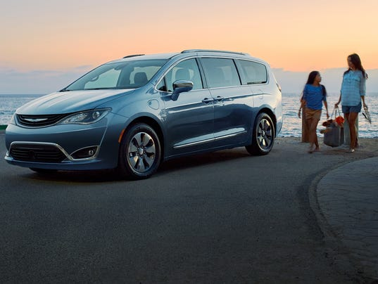 review chrysler pacifica plugs in as hybrid minivan. Black Bedroom Furniture Sets. Home Design Ideas