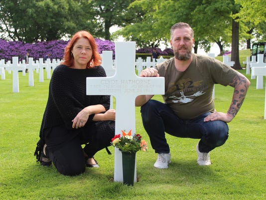Holtmans at grave