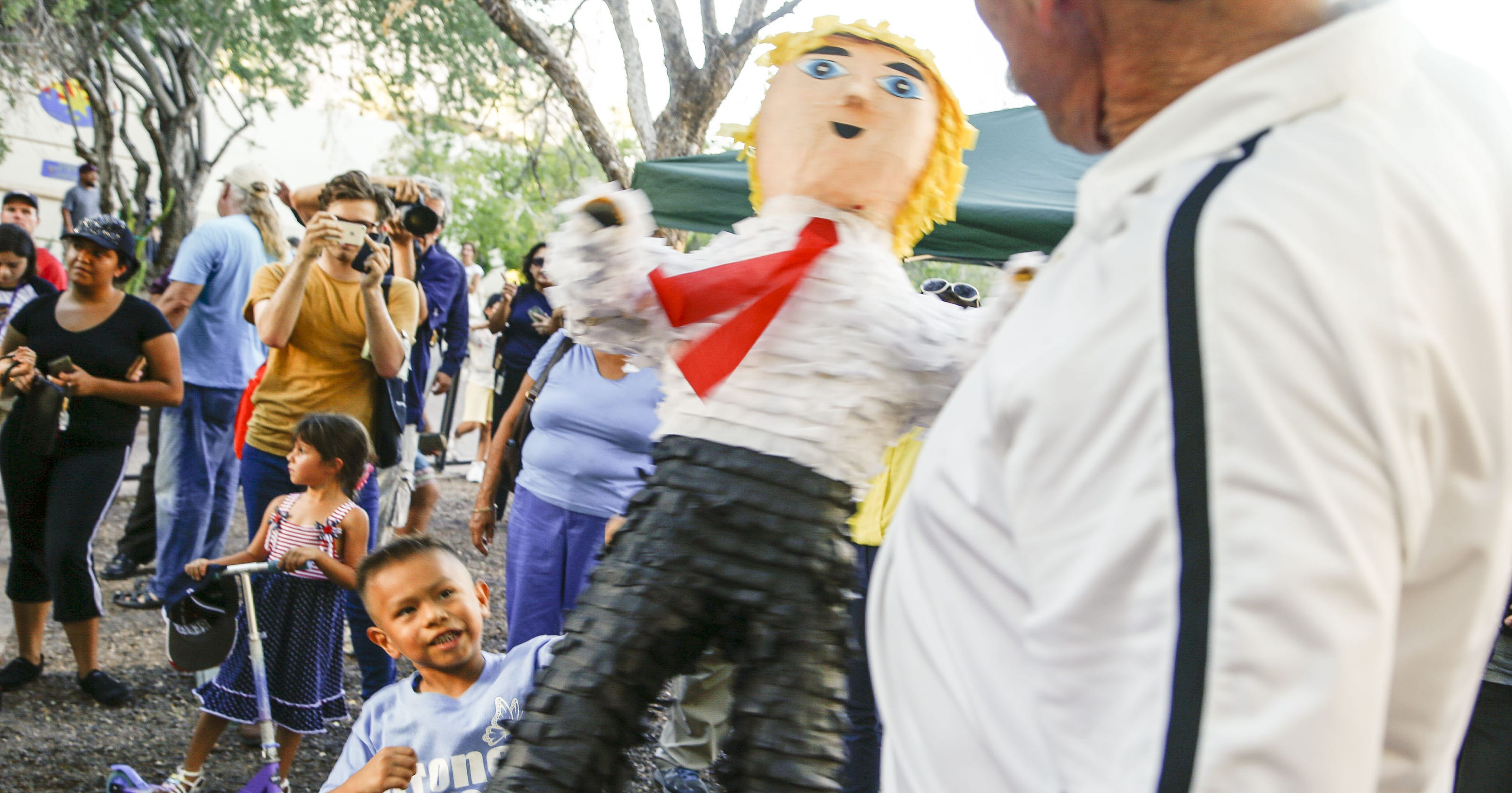 b05a41b0894a Hundreds protest Donald Trump s immigration speech in Phoenix