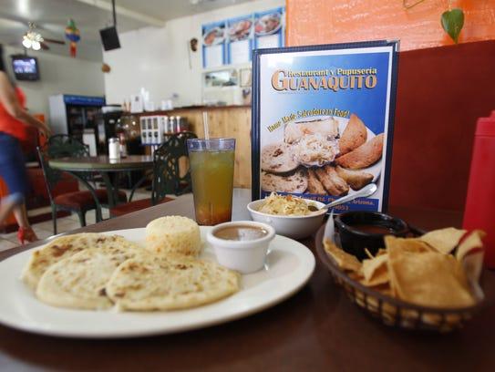 La orden de pupusas en El Guanaquito vienen acompañadas