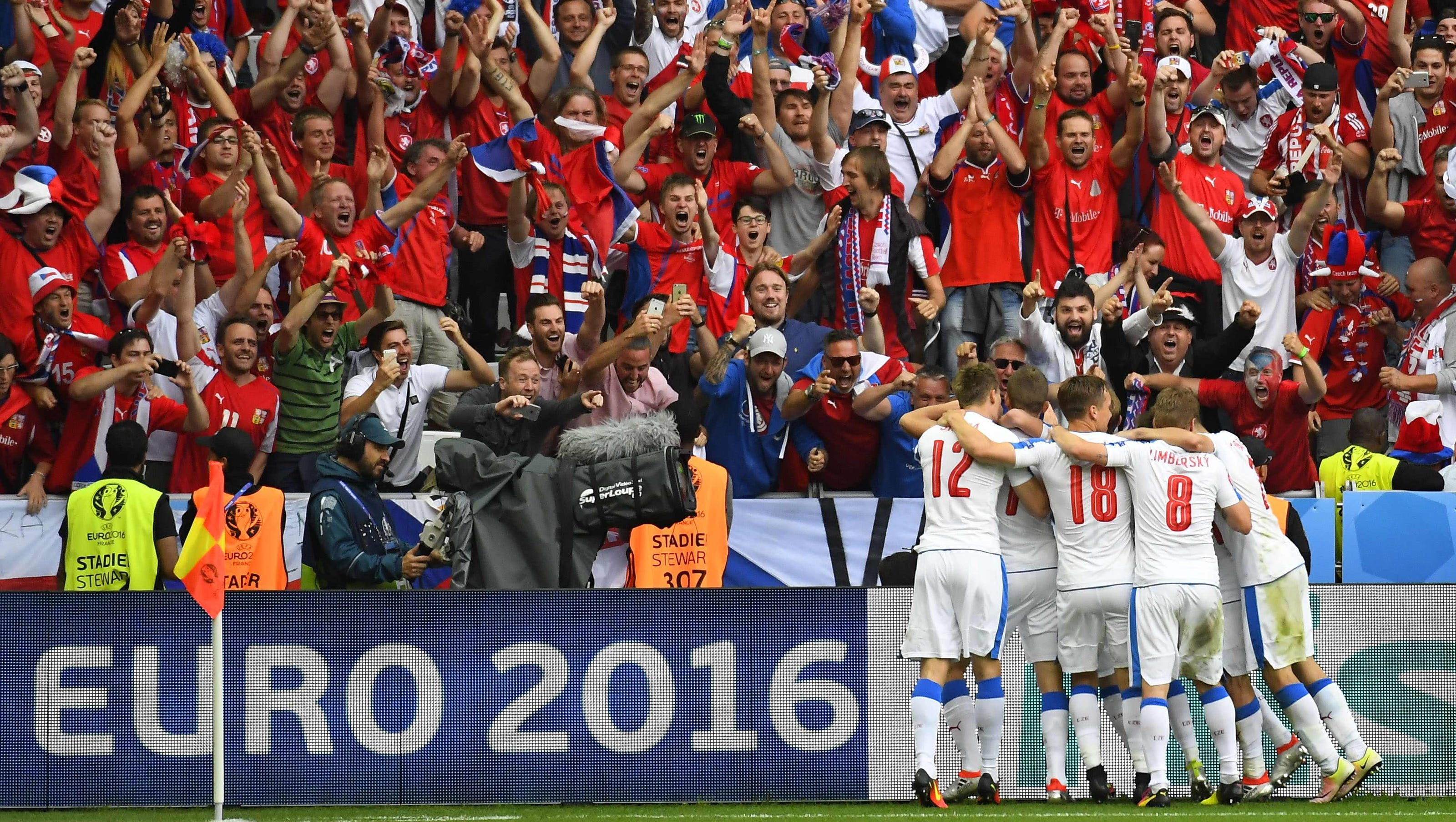 Czech Republic Salvages 2 2 Draw With Croatia After Flares Were