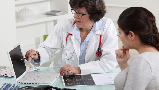 To find the right obstetrician, choose based on the hospital where you prefer to deliver, whether you prefer a male or female doctor and online research.