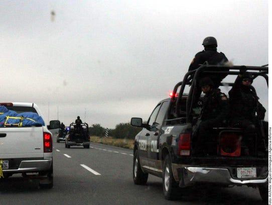 La Policía Federal Preventiva resguardan la caravana