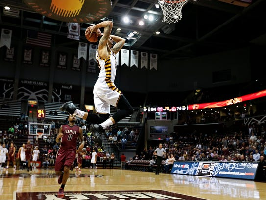 Missouri State Bears forward Chris Kendrix (33) dunks