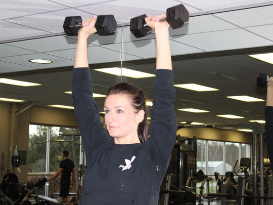 Straighten the elbow and press the weights up straight overhead