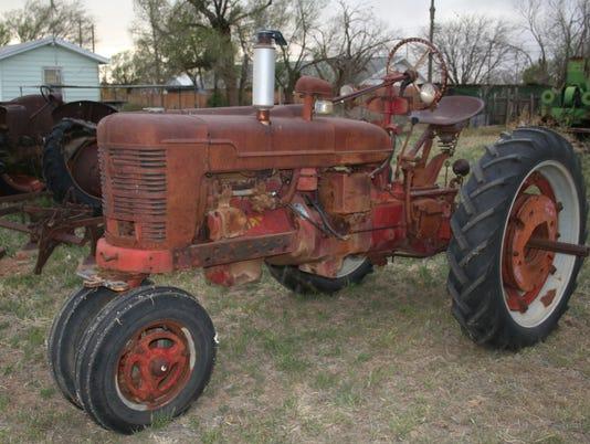 636522377030701058-Farmall-H-tractor.jpg