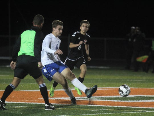 Highlands senior Carter Holmes passes the ball ahead