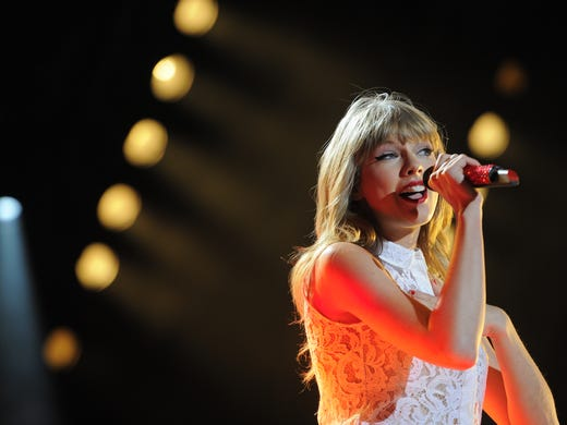 Taylor Swift throws secret listening party in Nashville, meets with fans