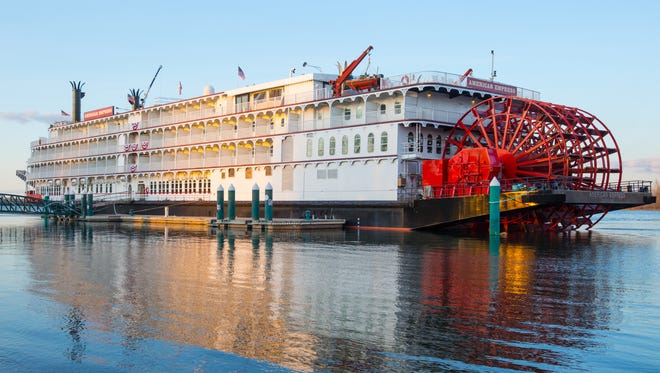 The American Empress has a traditional white-on-white steamboat decor.