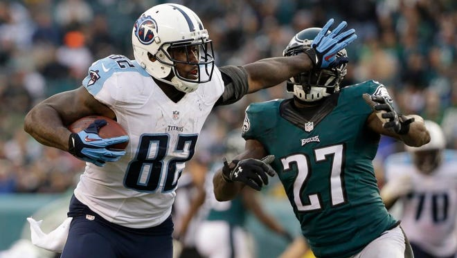 Titans tight end Delanie Walker tries to break free from Eagles safety Malcolm Jenkins during the second half.