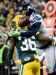 Seahawks wide receiver Jermaine Kearse (right) misses a pass while defended by Green Bay's LaDarius Gunter.