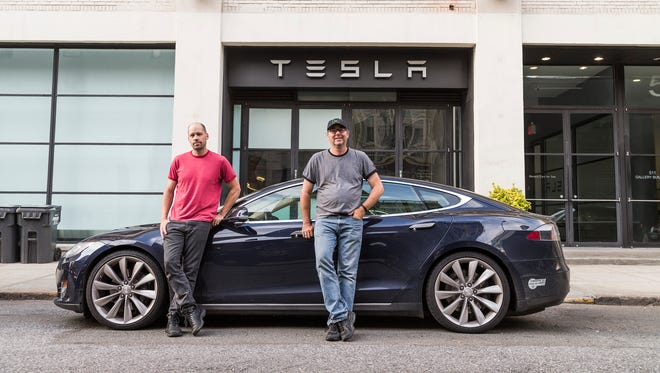 Edmunds.com photo chief Kurt Niebuhr (l) and car-test editor Dan Edmunds drove a Tesla S battery car cross-country in a record 67 hours 21 minutes.