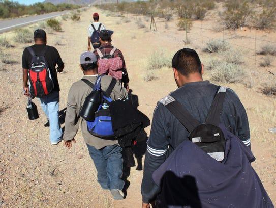 Inmigrantes indocumentados cruzan el desierto der Arizona.