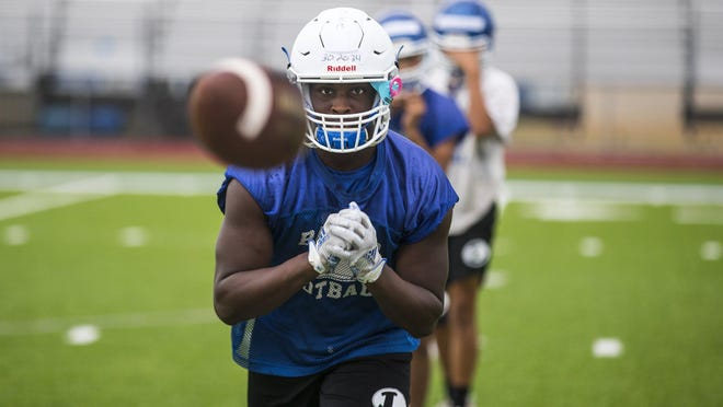 Michael Murray and Lampasas, who top the American-Statesman's Class 4A and below poll, rolled past Brownwood in the season-opener.