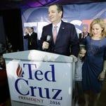 El precandidato republicano Ted Cruz, acompañado por su esposa Heidi y su hija Caroline, de 7 años, habla en un acto electoral el 1 de febrero de 2016 en Des Moines, Iowa. Cruz se impuso en las asambleas partidarias de Iowa.