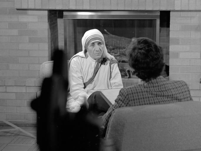 Mother Teresa speaks with Ruben Garcia during her 1976