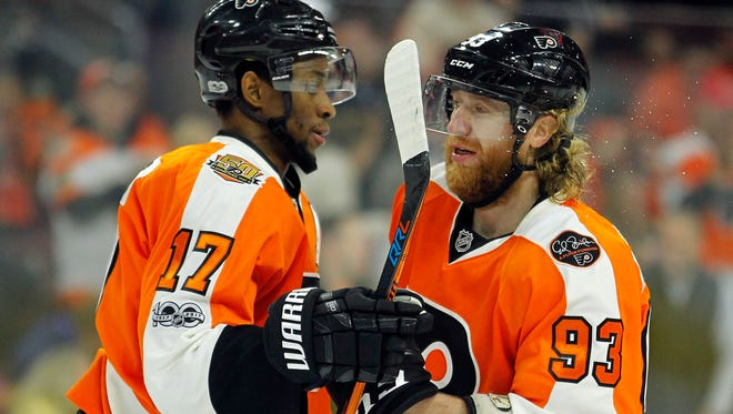 Wayne Simmonds, left, is poised to lead the Flyers in goals for the fourth straight season.