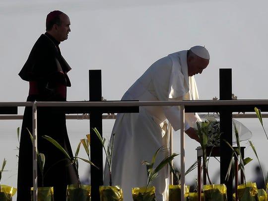 El papa Francisco ofreció un ramo de flores como ofrenda y bendijo a las cientos de personas que lo veían del lado estadounidense.