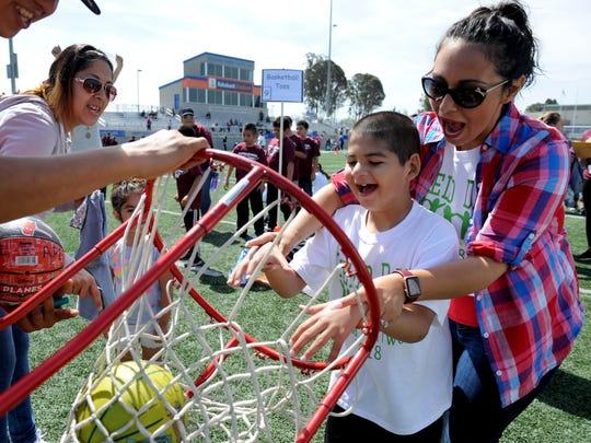 Damian Hernandez participa en el día de campo especial en Salinas este mes.