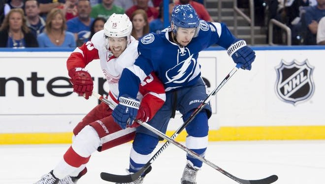 Riley Sheahan and Tampa Bay center Tyler Johnson battle for the puck in the first period.