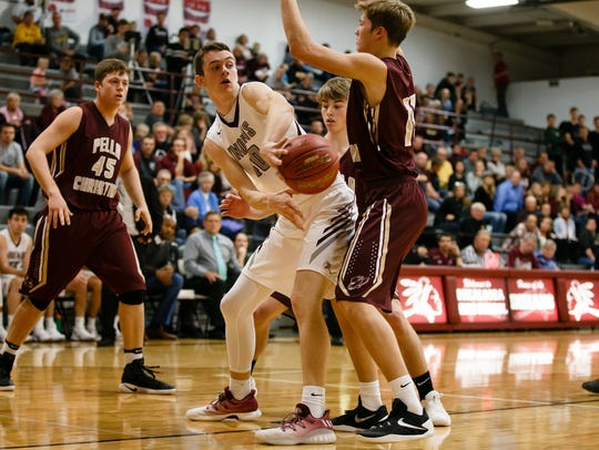 Oskaloosa's Cole Henry (40) passes during the Indian's