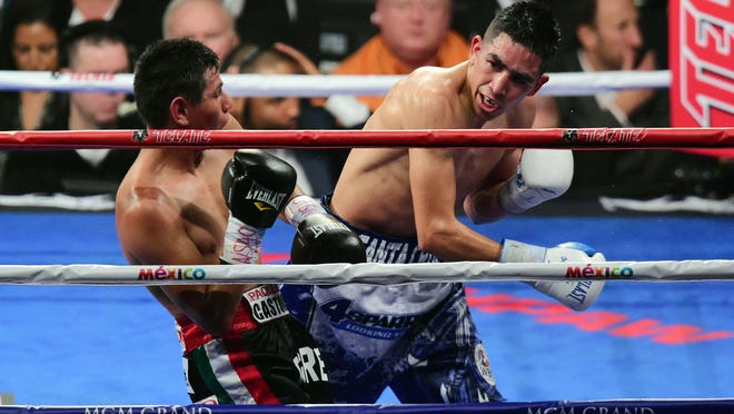 Leo Santa Cruz,. right, and Jose Cayetano box during their featherweight bout. ( Joe Camporeale, USA TODAY Sports)