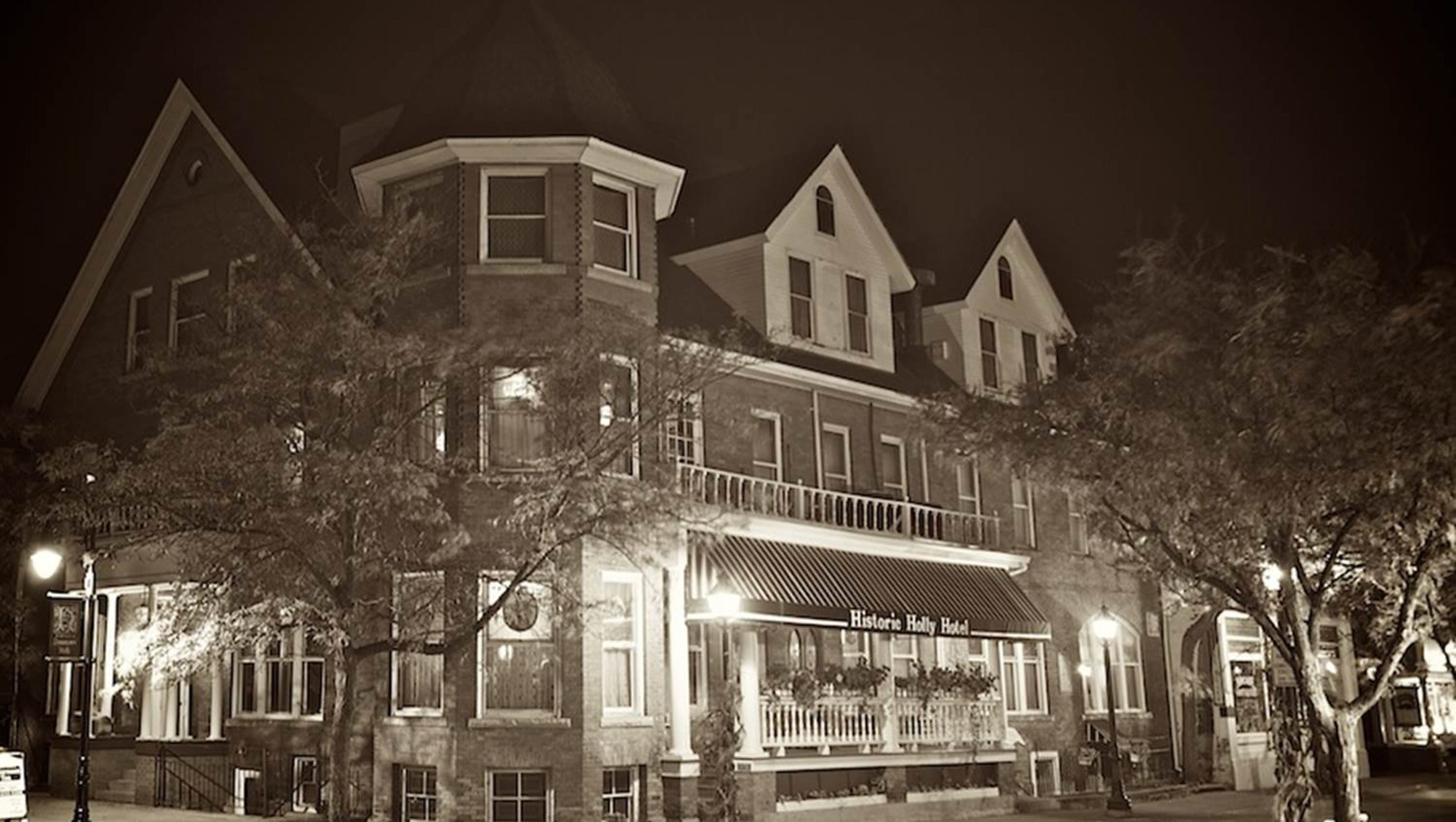 these 5 michigan restaurants offer a ghostly dining experience