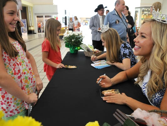 MNJ 0622 Meet new Miss Ohio and Miss Ohio's Outstanding Teen at mall 001
