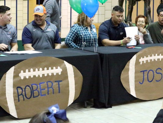 Montwood-Signing-4.jpg