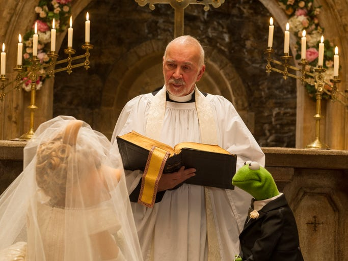 Frank Langella officiated the wedding between a Kermit-lookalike frog Constantine (right) and Miss Piggy (left).