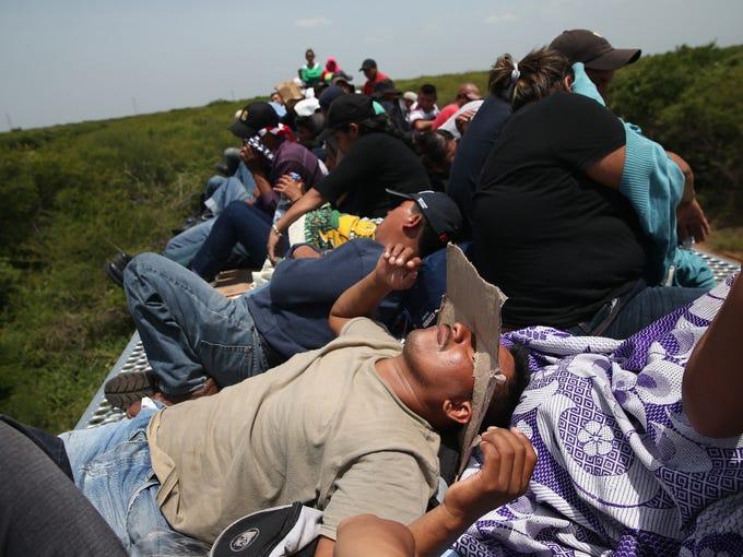 Miles de migrantes centroamericanos viajan en los trenes, conocidos como 'la bestia', durante su largo y peligroso viaje hacia el norte a través de México para llegar a la frontera de los EU