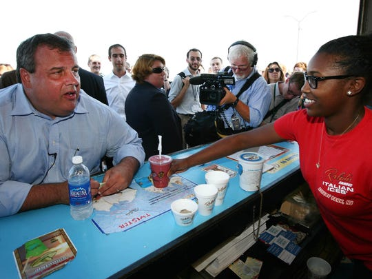 Governor Chris Christie orders a smoothie from Raven