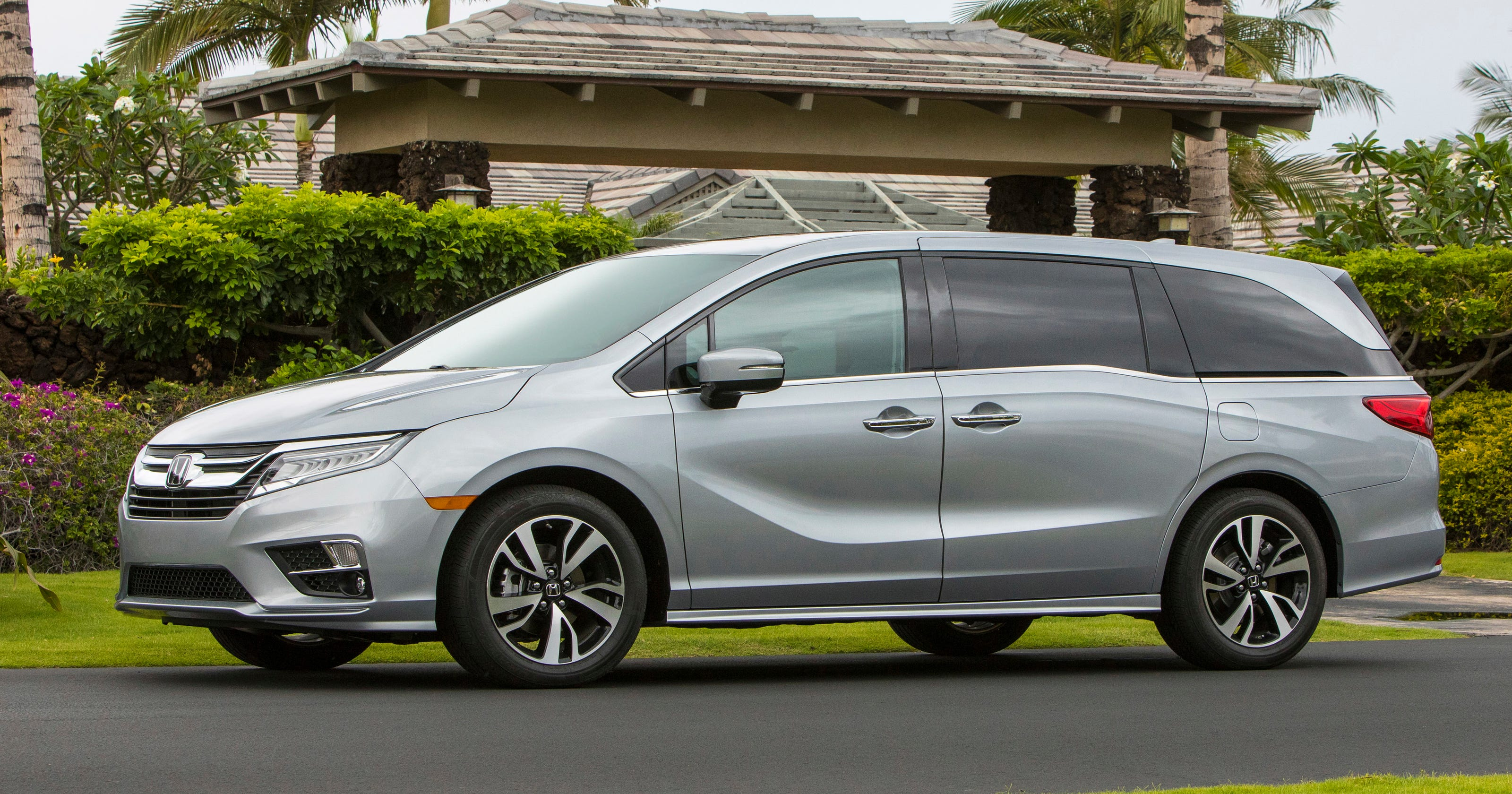 minivan matchup edmunds compares chrysler pacifica and. Black Bedroom Furniture Sets. Home Design Ideas